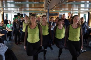 Tanzgruppe und Live Musik